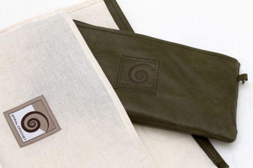 Η θήκη σε κάθε τσαντάκι έχει στο ίδιο χρώμα την δερμάτινη λεπτομέρεια